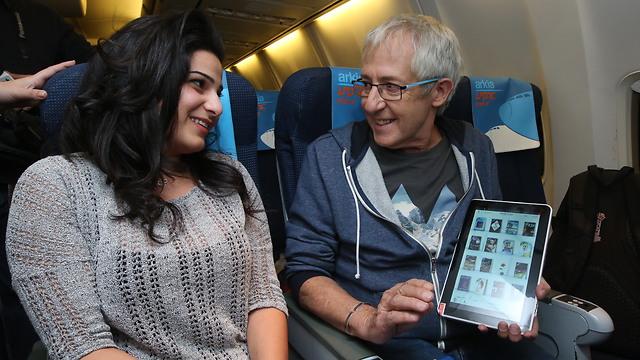 גידי גוב מחלק ספרים בטיסה (צילום: רונן טופלברג) (צילום: רונן טופלברג)