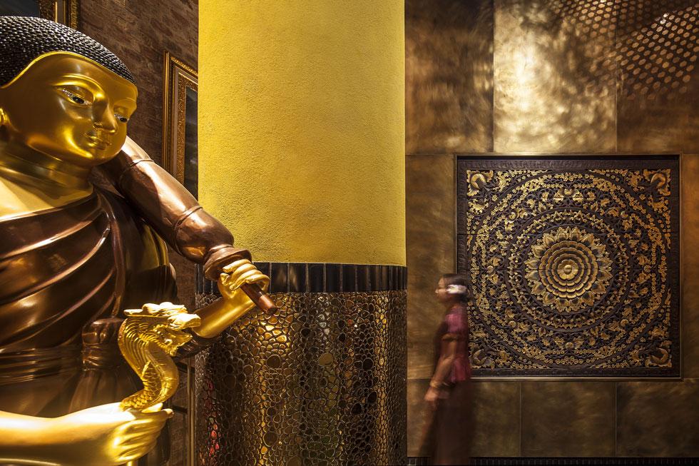 חיפויי עץ, ניקל ופסלי ענק בודהיסטיים אינם מאפשרים לטעות בסגנון. בעלת הבית מבקשת להכיר לישראלים ''תאילנד שהיא לא האיים'' (צילום: עמית גרון)