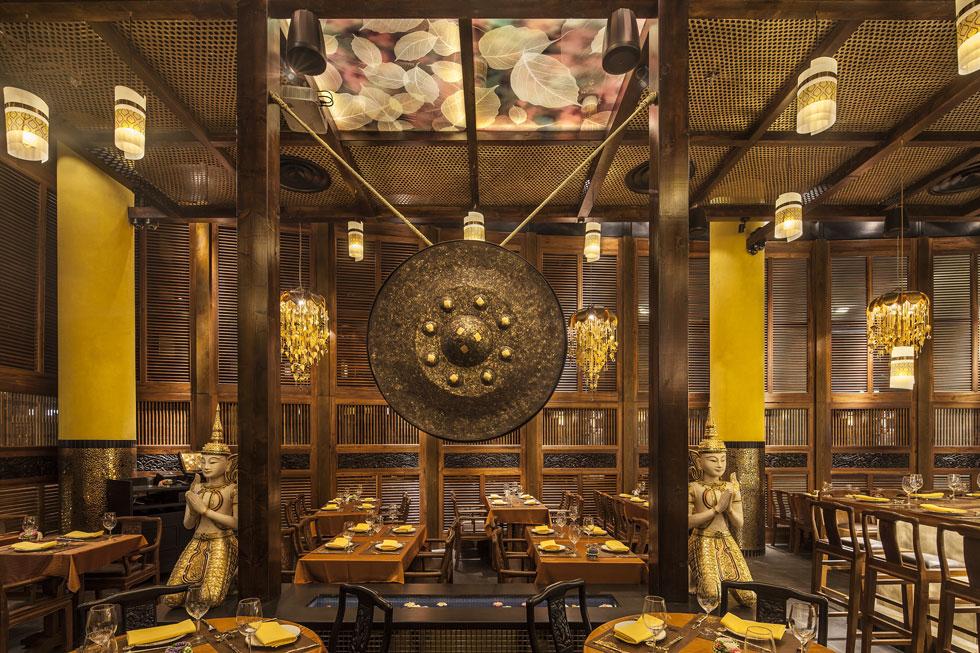 חלל המסעדה המרכזי של ''ניתן תאי''. צהוב הוא צבע המלוכה של תאילנד, והמעצבת אדית ברון ניסתה להתחקות אחר הסגנון כולו (צילום: עמית גרון)