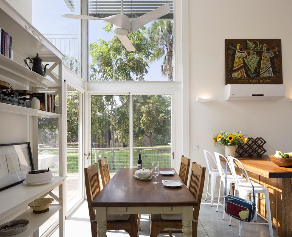 עמודי פלדה עולים באופן המשכי לכל גובה הבית ומשמשים בסיס לגג הקל. שלד הפלדה לא חופה אלא נצבע בלבן, כדי לשוות מראה קליל לבית (צילום: שי אפשטיין)