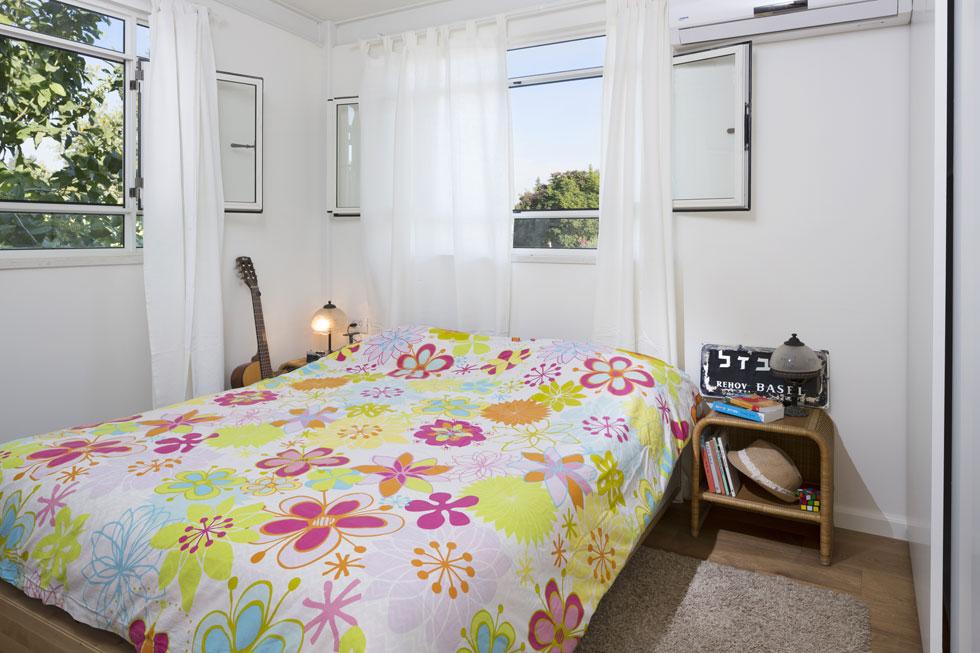 חדר השינה למעלה. בעלת הבית בחרה בריהוט פשוט יחסית, המותאם לאופי הבנייה כולו (צילום: שי אפשטיין)