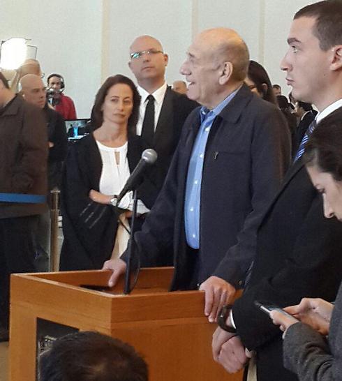 אהוד אולמרט בבית המשפט, לאחר ההככרעה (צילום: רעות רימרמן) (צילום: רעות רימרמן)