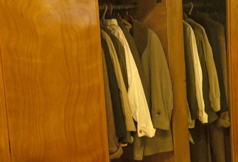חליפותיו וחולצותיו של ראש הממשלה הראשון (צילום: בן לם)
