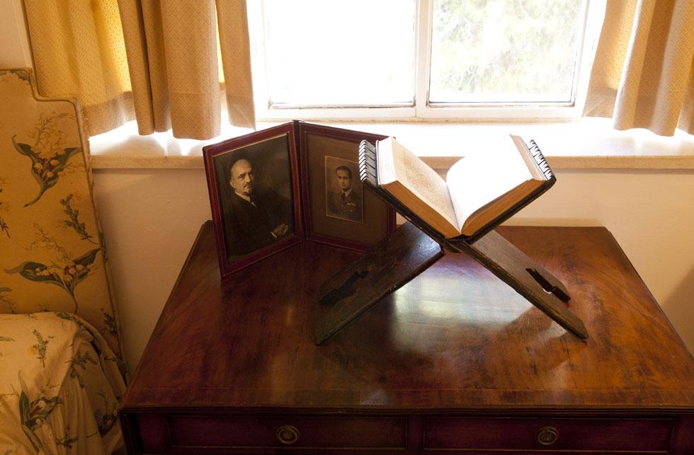 מחזיק ספרים בווילה של חיים וורה ויצמן, בתכנונו של האדריכל הנודע אריך מנדלסון. מתוך התערוכה (צילום: בן לם)