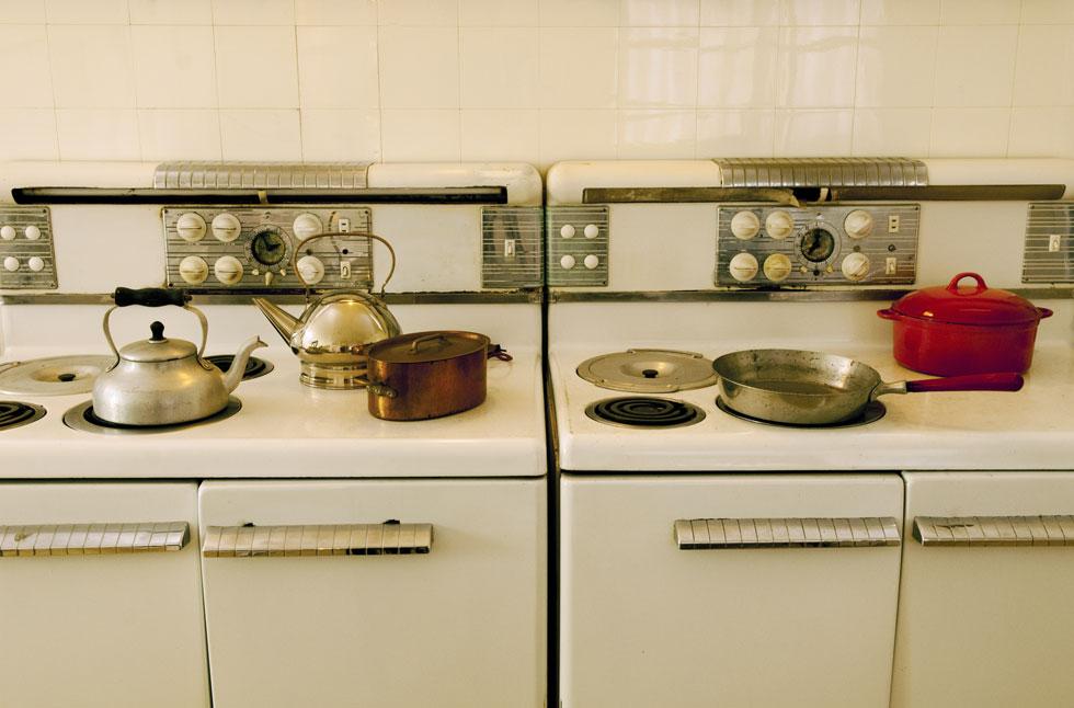 המטבח הענק של משפחת ויצמן אובזר במיטב הציוד החדיש בזמנו: שני מקררים, שני תנורים גדולים, מתקן טיגון, מיקסר, עמדת אפייה, מגירות זכוכית לתבלינים ועוד (צילום: בן לם)
