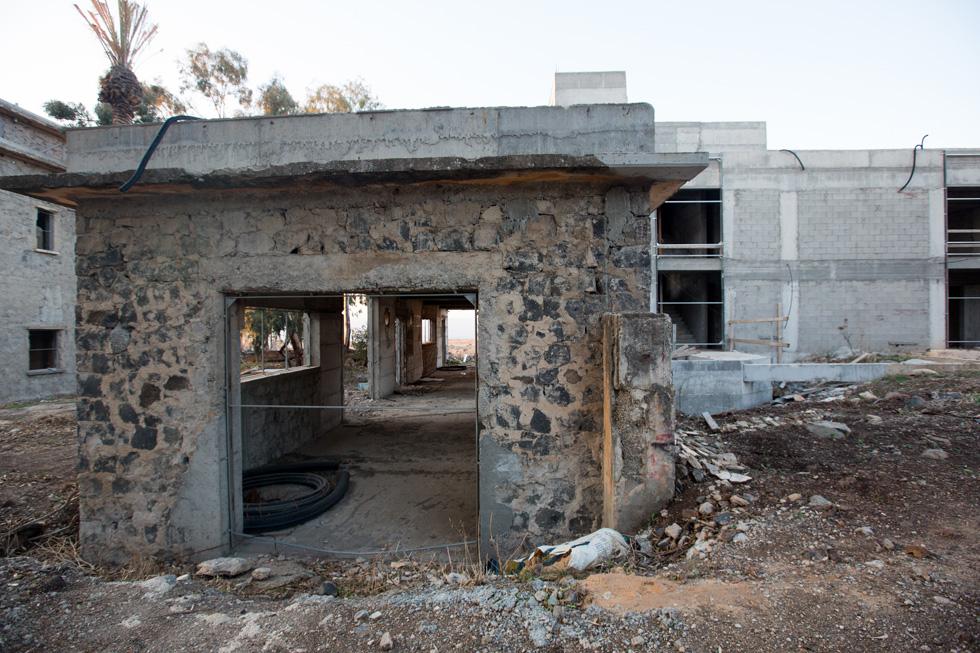 האורווה הישנה, שהחזית שלה נפתחה לנוף לקראת הפיכתה לפאב, והבניין החדש שנבנה מאחוריה (צילום: דור נבו)