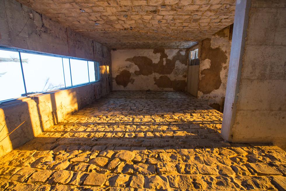 קירות של אבן בזלת חשופה וחלונות ארוכים במבני הבאוהאוס הצרפתיים (צילום: דור נבו)