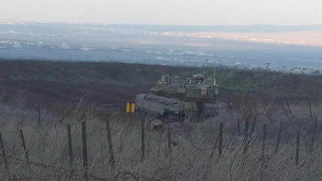 """טנק צה""""לי ברקע הכפר הסורי אל-מדארייה, היום (צילום: יואב זיתון) (צילום: יואב זיתון)"""