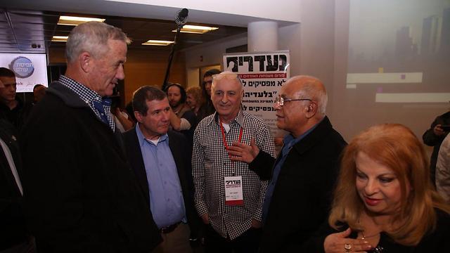 """הרמטכ""""ל לשעבר גנץ וח""""כ בן ראובן משוחחים עם משפחות הנעדרים (צילום: מוטי קמחי) (צילום: מוטי קמחי)"""