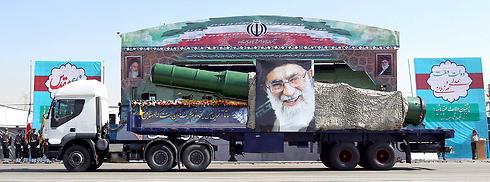 טיל ותמונת חמינאי על משאית ביום השנה לציון מלחמת איראן-עיראק, טהרן (צילום: רויטרס) (צילום: רויטרס)