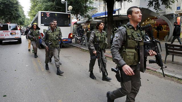 החיפושים אחר היורה ברחובות (צילום: רויטרס) (צילום: רויטרס)