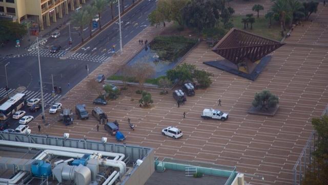 רכבי ביטחון בכיכר רבין, אחר הצהריים (צילום: מאיה שקל)