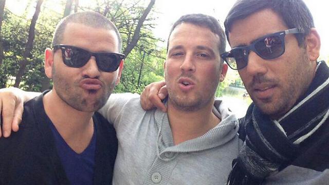 רוימי (משמאל) עם חבריו ()