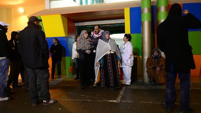בני המשפחה של הפעוטות בבית חולים סורוקה, הערב (צילום: הרצל יוסף) (צילום: הרצל יוסף)