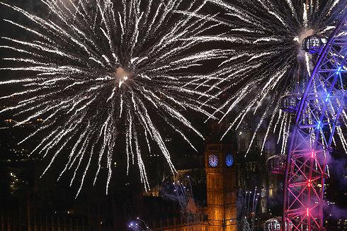 זיקוקי די נור מעל הביג בן, השעון המפורסם ביותר בעולם, בחגיגות השנה האזרחית החדשה בלונדון (צילום: AFP) (צילום: AFP)