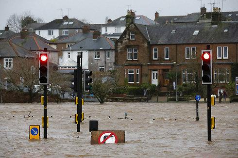 רחוב מוצף בדומפריס, סקוטלנד (צילום: רויטרס) (צילום: רויטרס)