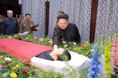 שליט צפון קוריאה קים ג'ונג און חולק כבוד אחרון לקים יאנג גון, בכיר במשטרו שנהרג בתאונת דרכים (צילום: רויטרס) (צילום: רויטרס)