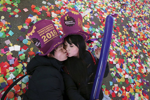 בניו יורק חגגו בנשיקה את בואה של שנת 2016 (צילום: רויטרס) (צילום: רויטרס)