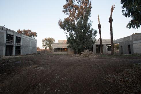 שניים מהמבנים החדשים שמוקמים כעת: בית ההארחה שבחלק הצפוני (משמאל) ובניין המסעדה (צילום: דור נבו)