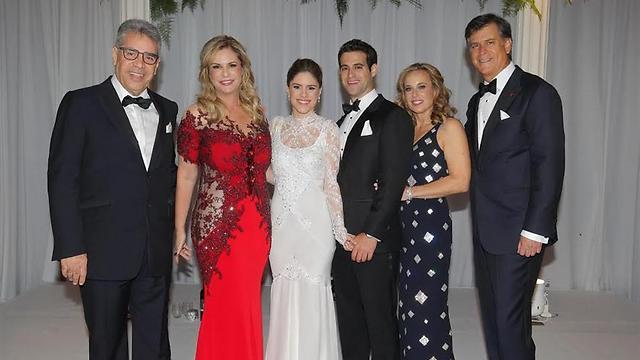 דניאל וטליה פדרבוש, החתן ג'ארד, הכלה שני, ודליה ומשה ממרוד  (צילום: שוקה כהן)