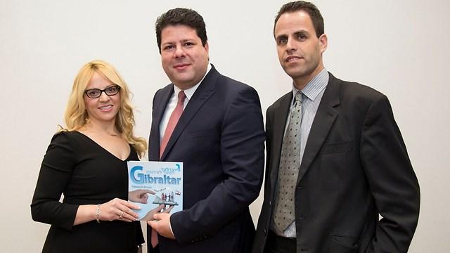 ערן שי ואילת מאמו שי עם ראש ממשלת גיברלטר פביאן פיקארדו (במרכז) (צילום באדיבות: לשכת המסחר גיברלטר - ישראל) (צילום באדיבות: לשכת המסחר גיברלטר - ישראל)