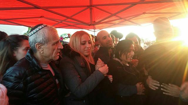 """ליאור שחרור, חברתו לשעבר של אלון בקל ז""""ל, בהלוויה (צילום: עידו בקר) (צילום: עידו בקר)"""