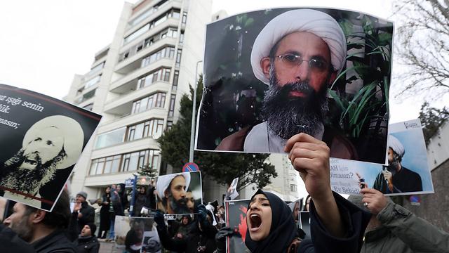 מחאה בטהרן נגד הוצאתו להורג של המטיף השיעי א-נימר על ידי סעודיה (צילום: AP) (צילום: AP)