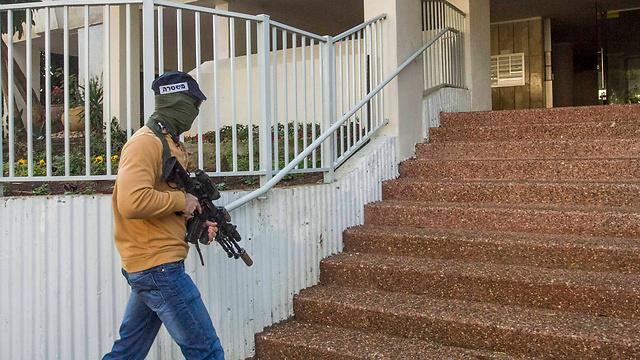 שוטר חמוש ברמת אביב, היום. עוד נשק יגביר את תחושת הביטחון? (צילום: עידו ארז) (צילום: עידו ארז)