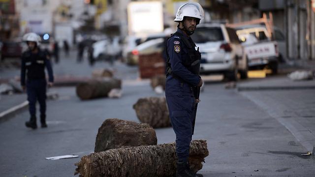 הגשר עם סעודיה זירז את הפיכתה למדינת חסות של הממלכה הסונית. שוטרים בבחריין (צילום: AFP) (צילום: AFP)