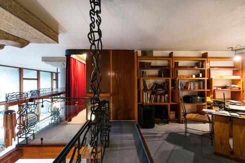 חדר העבודה בקומת הגלריה. הווילון האדום של חדר השינה נראה ברקע (צילום: שירן כרמל )