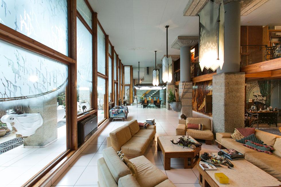 דירת הגן של ישראל ושולמית בולג ב''בית המשוגע''. 350 מ''ר שמשתרעים על פני קומתיים. משמאל: היציאה לגינה (צילום שירן כרמל)