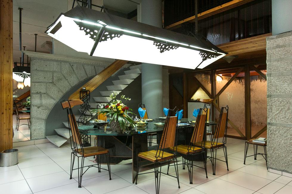 שולחן האוכל. האדריכל ובעלת הבית אחראים לעיצוב האישי, שנעשה בהזמנתם וכולו יוצר בישראל (צילום שירן כרמל)