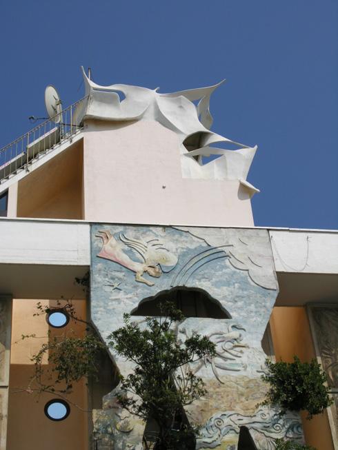 מרפסת תצפית בולטת מעל דירת הגג, שמשתרעת בעצמה עלפני 3 קומות. אין שטח שלא זכה לטיפול מדוקדק (צילום: הניה מליכסון)