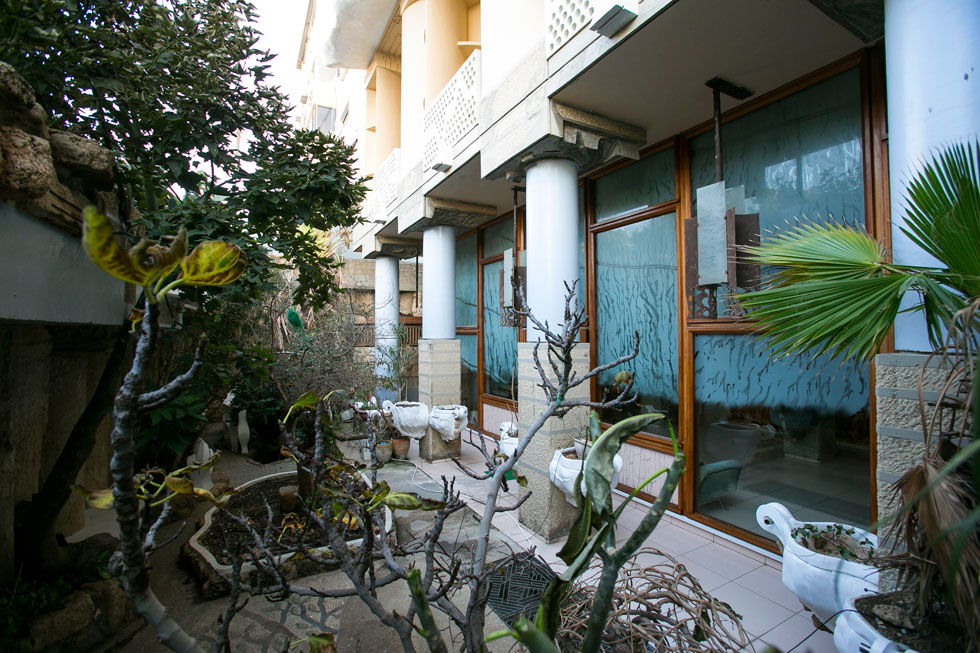 הגינה, שאליה יוצאים מבעד לסלון, גובלת ברחוב אליעזר פרי (הכביש שסמוך למלון קרלטון ונכנס למנהרה מתחת לכיכר אתרים) (צילום: שירן כרמל)