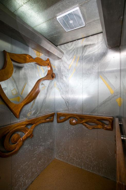 המעלית צופתה בזהב אמיתי (צילום: שירן כרמל)