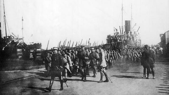 חיילים צרפתים נכנסים לביירות (צילום: getty images) (צילום: getty images)