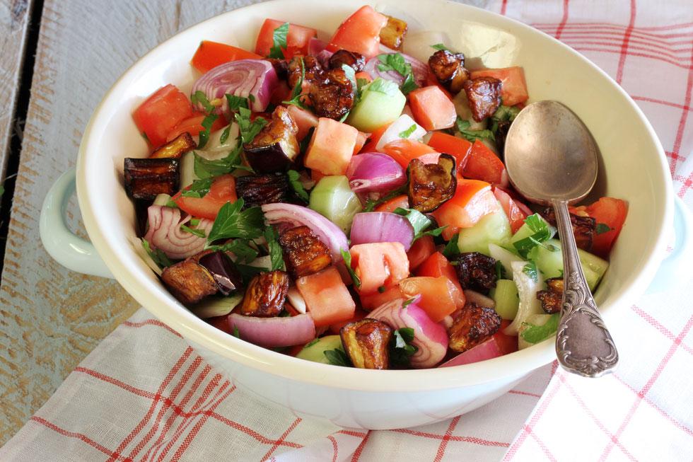 סלט ירקות עם חצילים וטחינה (צילום: אסנת לסטר )