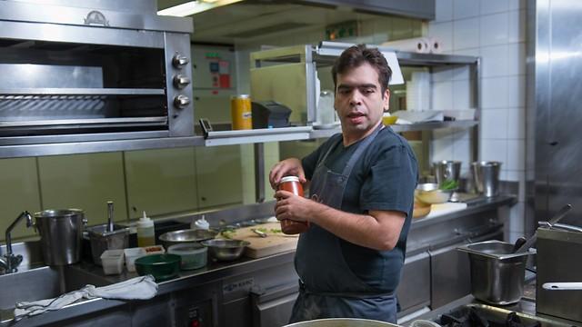 """השף רפי כהן במטבח של מסעדת """"רפאל"""" (צילום: ירון ברנר) (צילום: ירון ברנר)"""