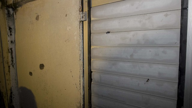 סימני ירי ליד המקום שבו חוסל מלחם (צילום: עידו ארז) (צילום: עידו ארז)