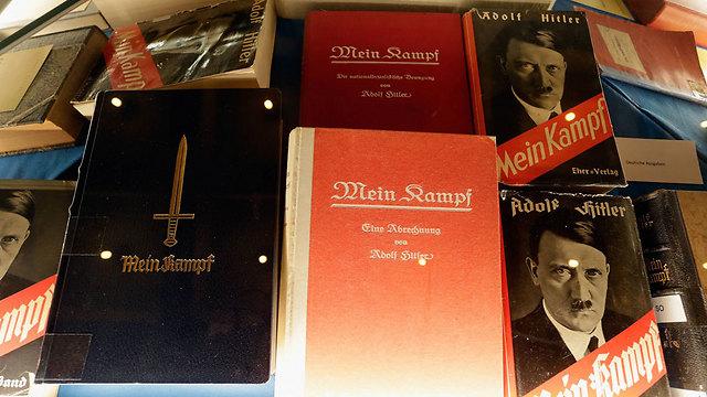 עותקים ישנים שהוצגו יחד עם המהדורה החדשה (צילום: gettyimages) (צילום: gettyimages)