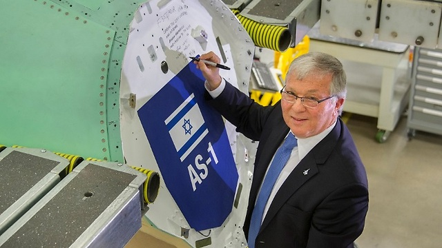 Defense Ministry delegation head Aharon Maramoush signing the fuselage of the new F-35 heading for the Israeli Air Force (Photo: Lockheed Martin and Ministry of Defense)