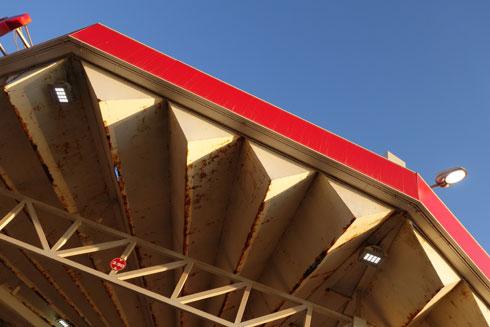 מבנה עגול שנשען על עמוד בודד. תחנת סונול שער העלייה, בתכנון גודוביץ (צילום: מיכאל יעקובסון)