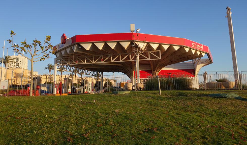 תחנת הדלק של ''סונול'' מול שכונת שער העלייה, סמוך לחוף הים. הסככה מעוצבת כך שתהיה עמידה בפני הרוחות החזקות מהים (צילום: מיכאל יעקובסון)