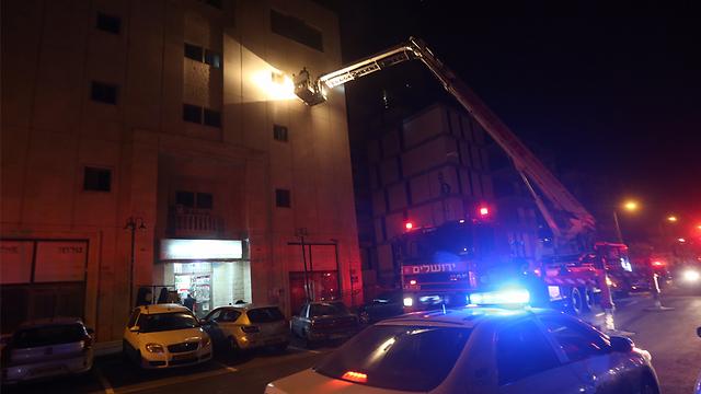 הכבאים חילצו לכוד מהקומה הרביעית      (צילום: גיל יוחנן) (צילום: גיל יוחנן)