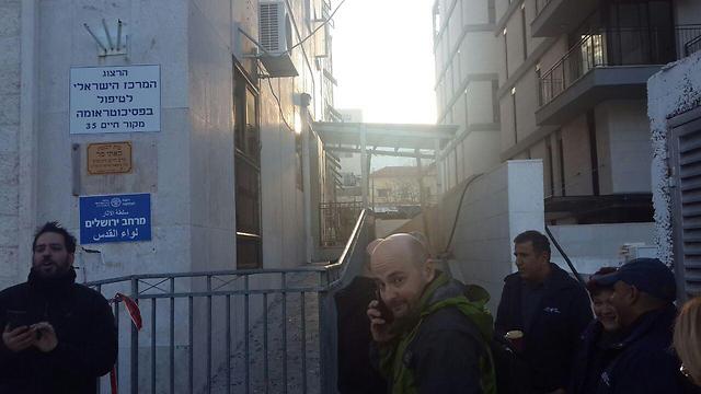 מחוץ למבנה שנותר סגור, הבוקר (צילום: רועי ינובסקי) (צילום: רועי ינובסקי)