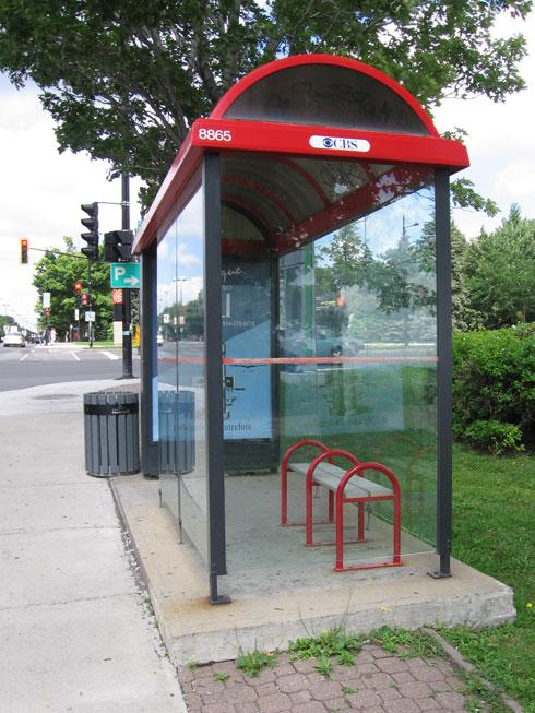 תחנת אוטובוס במונטריאול. אי-אפשר לעודד את הציבור להשתמש בתחבורה ציבורית, אם ההמתנה בלתי נסבלת (צילום: Anthony, cc)