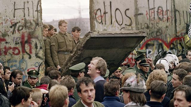 הפלת חומת ברלין ב-1989. שני זיכרונות מקבילים (צילום: AFP) (צילום: AFP)