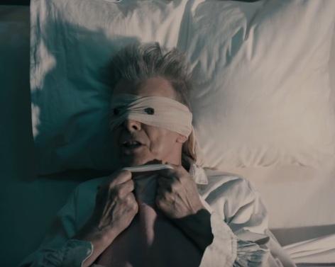 """מעצב את מותו. בואי בקליפ ל-""""Blackstar"""" (צילום: מתוך הקליפ) (צילום: מתוך הקליפ)"""