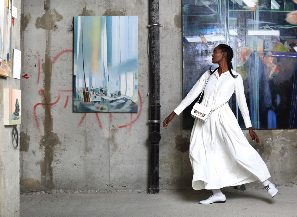 שמלה, ג'ולייט ברשת רזילי; נעליים, קאפל אוף; תיק, צ'ארלס אנד קית' / ציורים: נעמי מנדל (צילום: תמר קרוון)