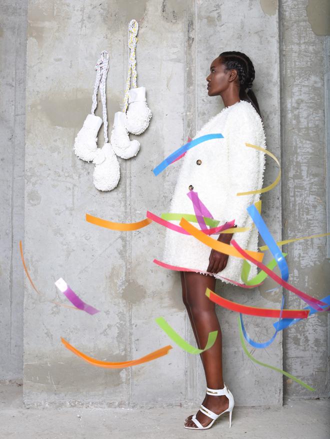 מעיל, בוטיק ירין; נעליים, צ'ארלס אנד קית' / אובייקט כפפות: רחלי שרפשטיין  (צילום: תמר קרוון)